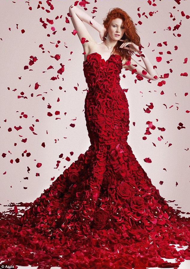 Фото женщины в платье из цветов