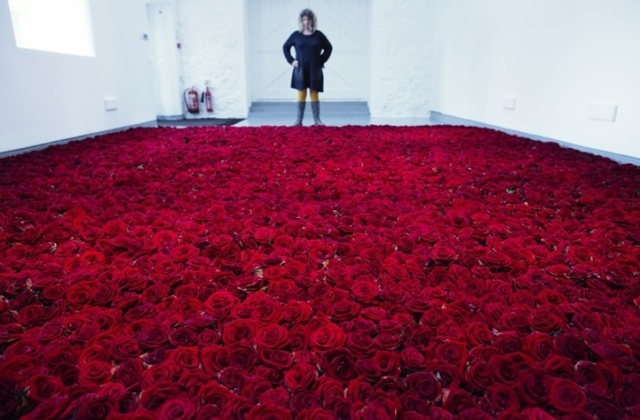 """Red On Green"" art installation by Anya Gallaccio with  10 000 red roses"
